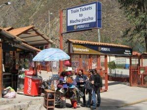 Viajar en tren a machu picchu - estacion de tren Ollantaytambo