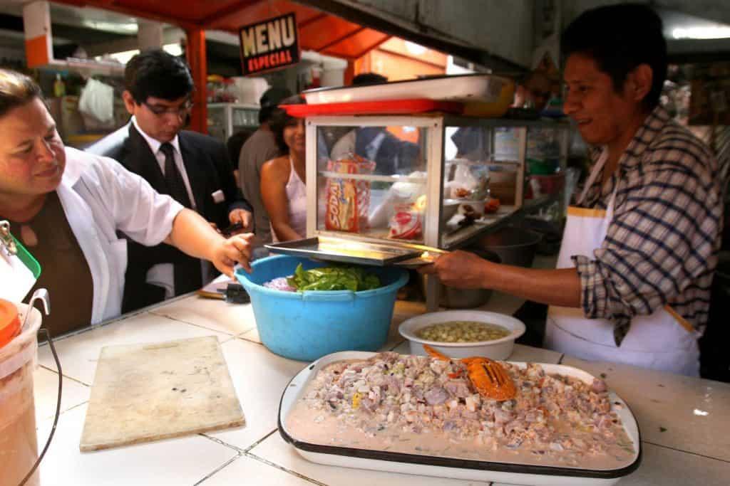 Otro de los tips de viaje a Aguas Calientes, es comer en el mercado.